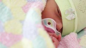 Neonato con la tettarella a letto stock footage