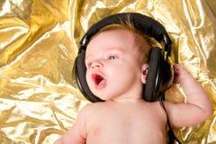 Neonato con musica dalle cuffie Fotografie Stock Libere da Diritti