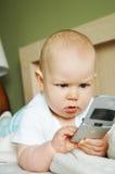 Neonato con un cellulare Fotografia Stock Libera da Diritti