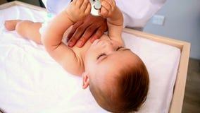 Neonato d'esame del pediatra archivi video