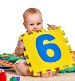 Neonato del bambino che maneggia con il giocattolo di puzzle Immagine Stock