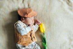 Neonato del bambino con il tulipano Giorno di madri Fotografia Stock