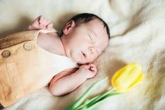 Neonato del bambino con il tulipano Giorno di madri Immagini Stock