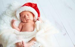 Neonato della traversina in cappuccio di Santa di Natale immagini stock
