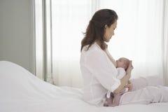 Neonato di allattamento al seno della madre immagini stock libere da diritti