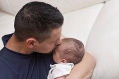 Neonato di Lovingly Holding His del padre strettamente fotografia stock