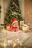 Neonato di Natale con il bastoncino di zucchero rosso immagine stock