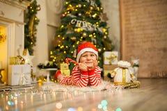 Neonato di Natale con il bastoncino di zucchero rosso fotografia stock