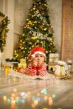 Neonato di Natale con il bastoncino di zucchero rosso immagini stock