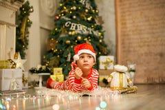 Neonato di Natale con il bastoncino di zucchero rosso immagine stock libera da diritti