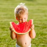 Neonato di un anno che mangia anguria nel giardino Fotografie Stock