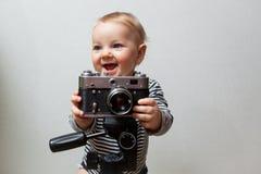 Neonato di un anno con la macchina fotografica fotografia stock libera da diritti