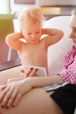 Neonato di un anno con sua madre che esamina lo schermo dello smartphone Immagini Stock Libere da Diritti