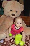 Neonato e grande orso della peluche Fotografie Stock Libere da Diritti