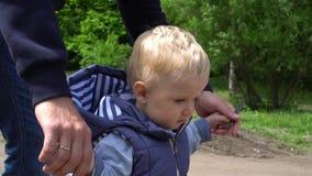 Neonato felice che fa i primi punti con poco aiuto da suo padre in parco video d archivio