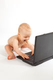 Neonato felice che gioca un gioco di computer Fotografia Stock
