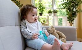 Neonato felice che si siede su uno strato fotografia stock libera da diritti