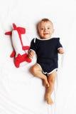 Neonato felice ed il suo giocattolo della volpe Fotografia Stock