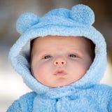Neonato infantile sveglio che indossa il vestito lanuginoso della neve Immagine Stock