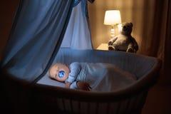 Neonato a letto che dorme alla notte fotografie stock