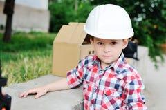 Neonato nel casco bianco della costruzione Fotografie Stock