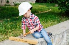 Neonato nel casco bianco della costruzione Fotografia Stock Libera da Diritti