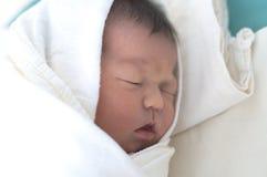 Neonato in pannolini Fotografie Stock Libere da Diritti