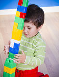 Neonato piccolo (2 anni) che gioca con il giocattolo Fotografie Stock