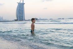 Neonato sorridente del ritratto piccolo che gioca nel mare, oceano Emozioni umane positive, sensibilità, gioia Bambino sveglio di fotografie stock