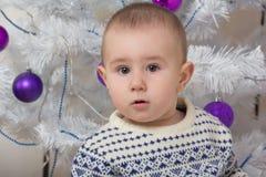 Neonato sotto l'albero di abete di Natale Immagine Stock