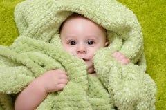 Neonato sotto l'asciugamano verde fotografia stock libera da diritti