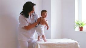 Neonato sveglio al medico stock footage