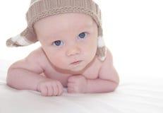 Neonato sveglio in cappello tricottato Fotografia Stock Libera da Diritti