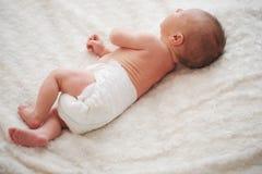 Neonato sveglio a casa fotografia stock libera da diritti