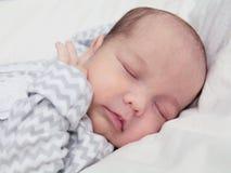 Neonato sveglio che dorme, primo piano del fronte Immagini Stock