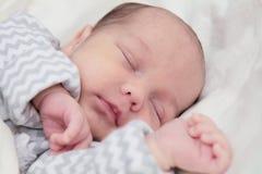 Neonato sveglio che dorme, primo piano del fronte Fotografia Stock Libera da Diritti