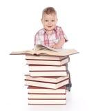 Neonato sveglio con molti libri isolati su bianco Immagini Stock