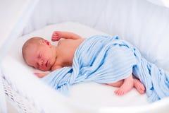 Neonato sveglio in letto bianco Fotografie Stock Libere da Diritti