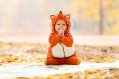 Neonato sveglio vestito in costume della volpe Immagini Stock
