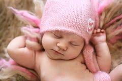 Neonato tenero nell'allungamento rosa di sonni del cappuccio Immagine Stock Libera da Diritti