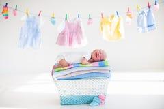 Neonato in un canestro con gli asciugamani Fotografia Stock Libera da Diritti