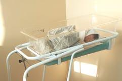 Neonato in una greppia dell'ospedale Fotografia Stock Libera da Diritti