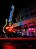 Neongitarr från Hard Rock Cafe royaltyfri foto
