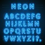 Neongussstadt Blaues Gussneonenglisch Stadtblauguß Alphabetguß Auch im corel abgehobenen Betrag Lizenzfreies Stockfoto