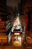 Neonlichten in de regenachtige straten van Hongkong bij nacht royalty-vrije stock foto