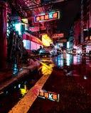Neonlichten in de regenachtige straten van Hongkong bij nacht royalty-vrije stock afbeeldingen