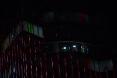 Neonlichter der Stadt nachts, in verwischt Stockfoto
