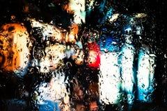 Neonlichter hinter Wassertropfen nah oben lizenzfreie stockfotos