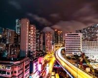 Neonljus i regniga Hong Kong gator på natten royaltyfri fotografi