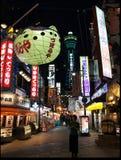 Neonljus i shoppingområdet i Osaka Arkivbild